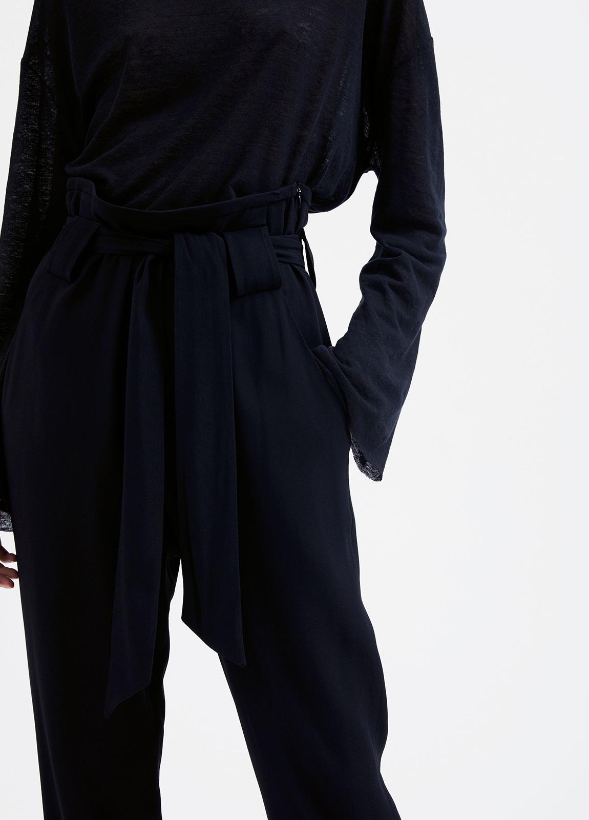 Pantalón woman de talle alto color negro y lazada en cintura. 73% Acetato 27% Viscosa. - Ítem3