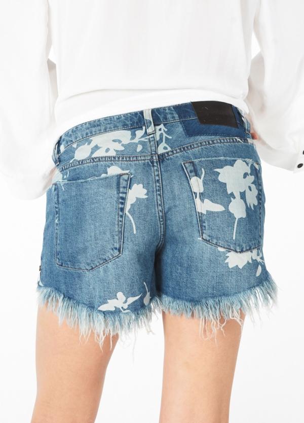 Short woman denim lavado azul de cintura baja con estampado flores blancas. Algodón. - Ítem2