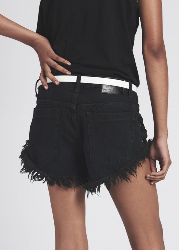 Short woman denim lavado negro de cintura baja, lateral unido con cordón . Algodón - Ítem1