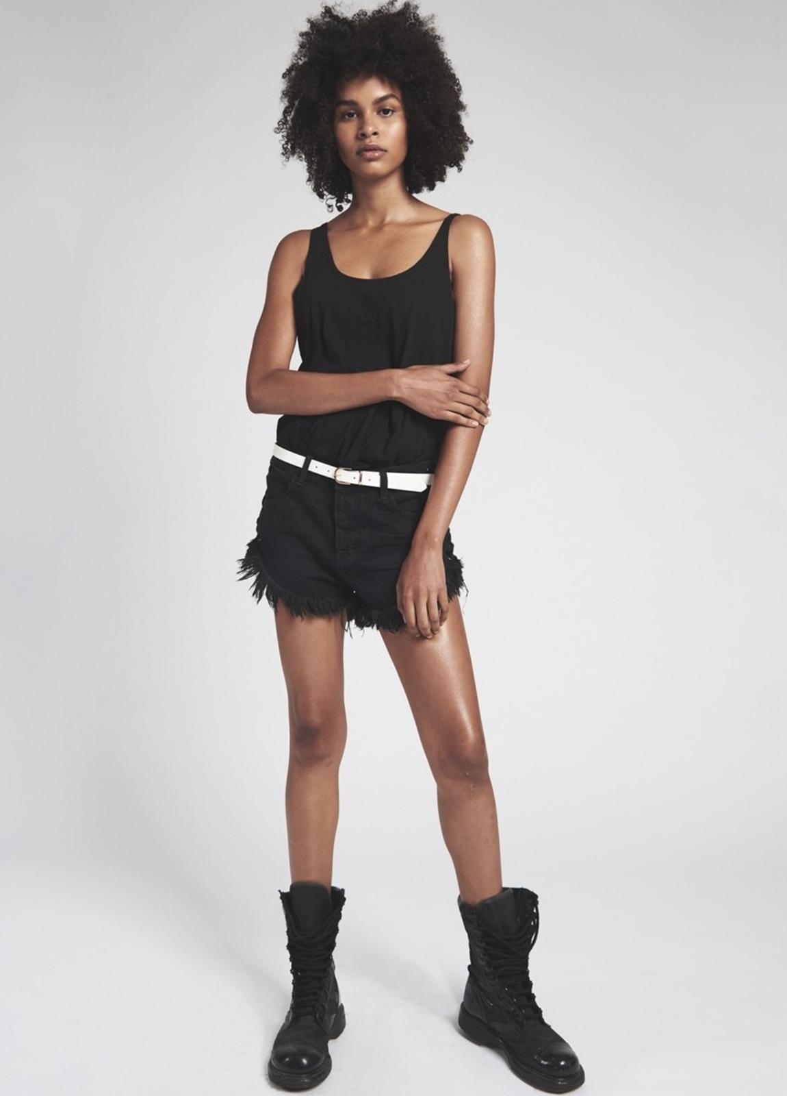 Short woman denim lavado negro de cintura baja, lateral unido con cordón . Algodón