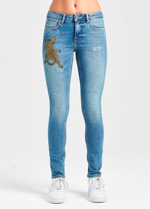 Pantalón tejano skinny color azul lavado con leopardo grabado. 99% Algodón 1% Elastáno.