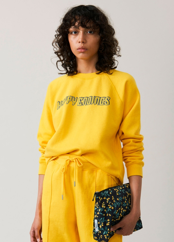 Sudadera cuello redondo color amarillo con estampado gráfico. 100% algodón.