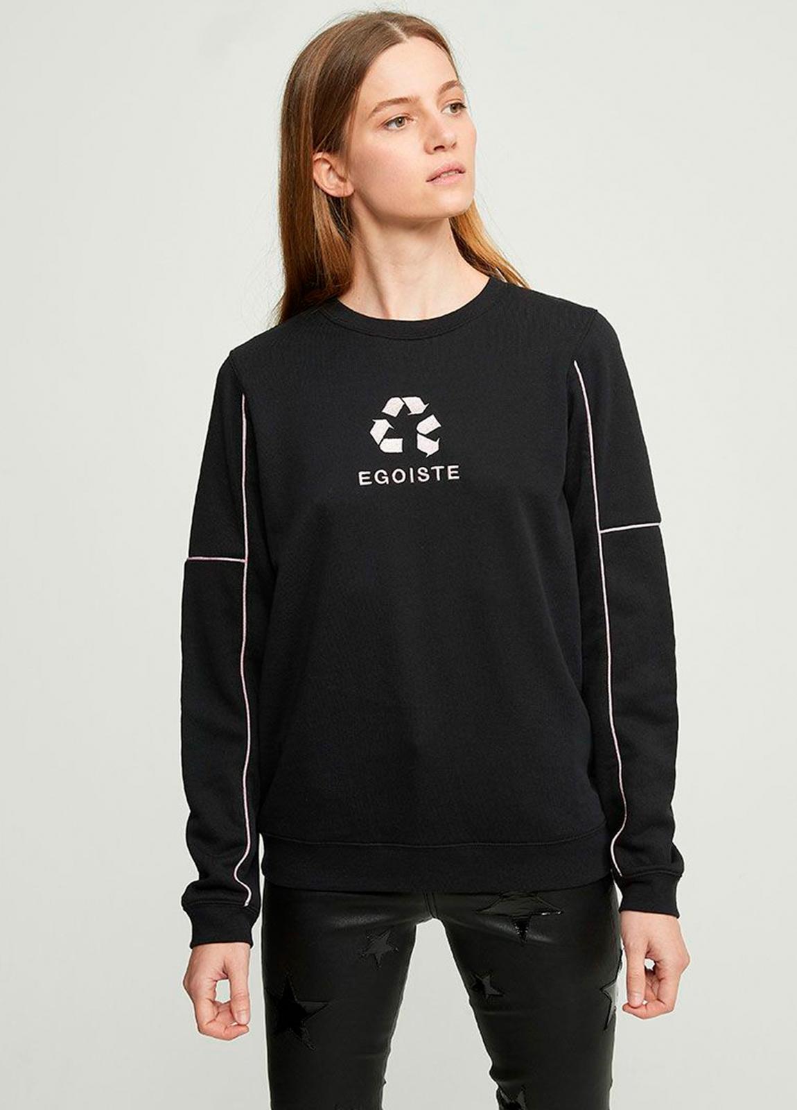 Sudadera color negro con estampado gráfico y ribetes bordados en lúrex. 80% algodón 20% Poliéster.