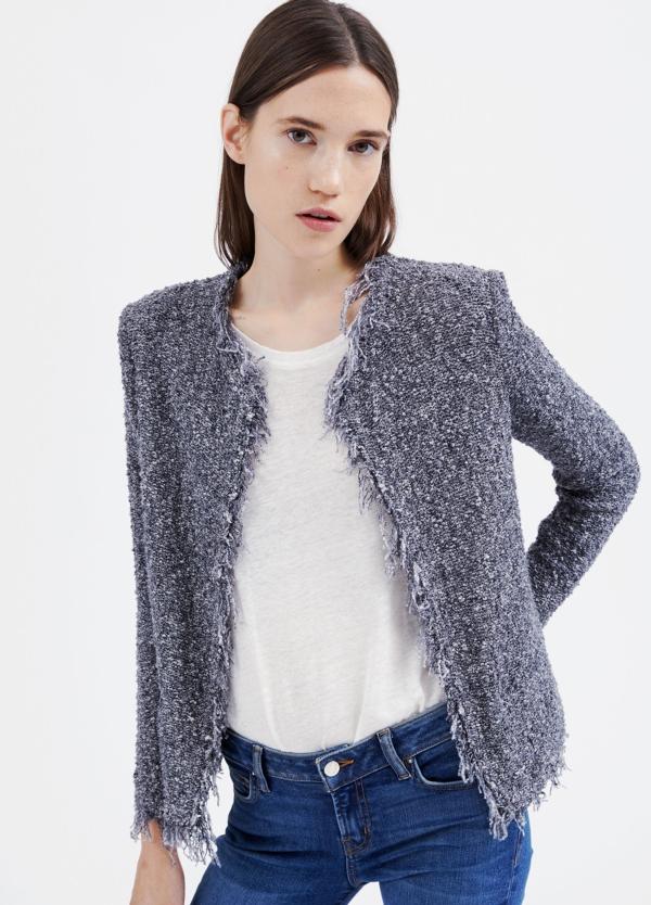 Chaqueta woman jaspeada de cuello redondo y bordes con flecos color gris. 90% algodón 10% poliamida.