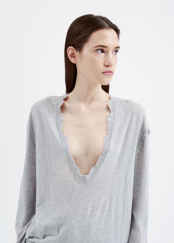 Jersey woman color gris con escote v y hombros dropped. 85% Algodón 15% Cashmere.