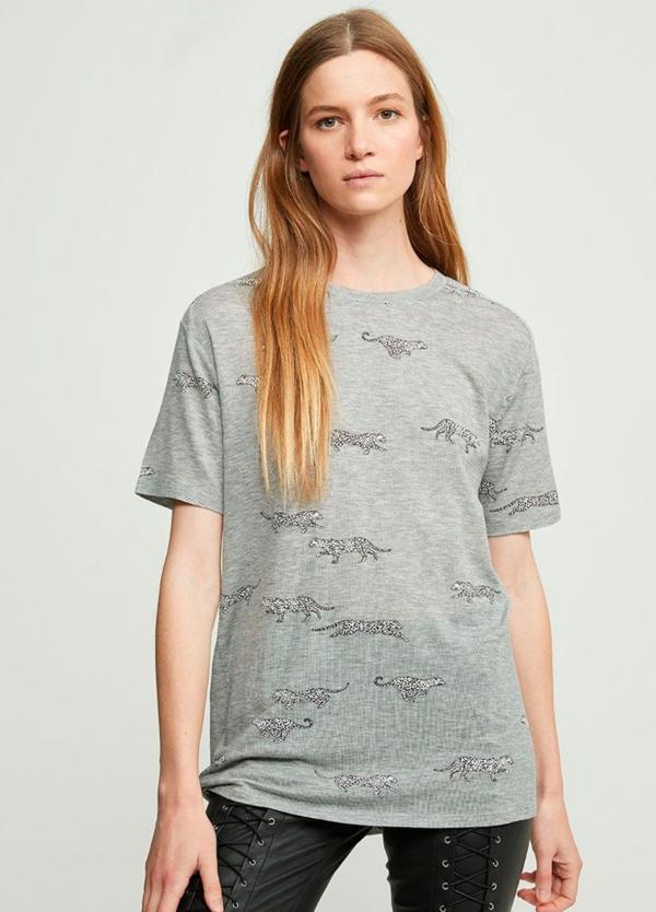 Camiseta fluida manga corta color gris con estampado de leopardos. 94% Lyocell 6% Elastáno.