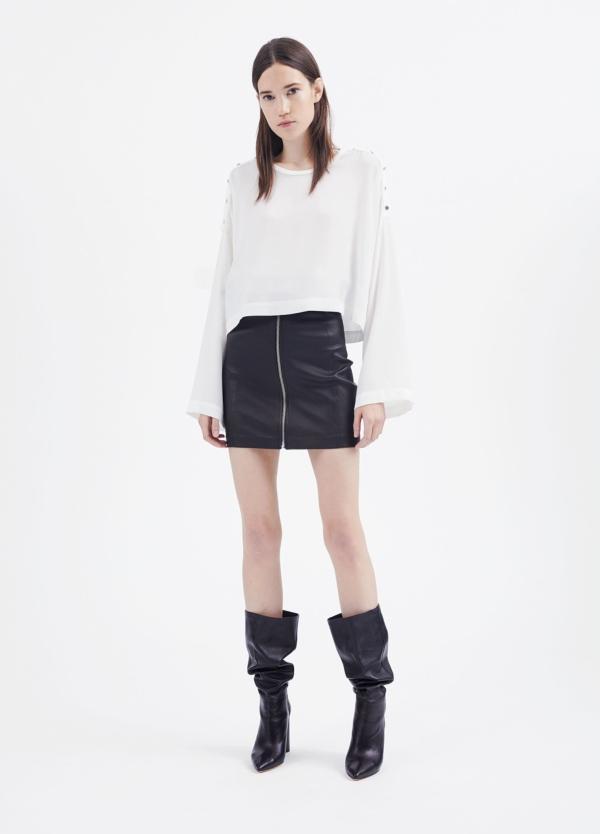 Camiseta woman color blanco con manga acampanada y detalles de botones en hombro. 71% Triacetato 29% Poliéster. - Ítem4