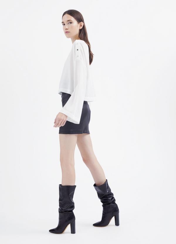 Camiseta woman color blanco con manga acampanada y detalles de botones en hombro. 71% Triacetato 29% Poliéster. - Ítem2
