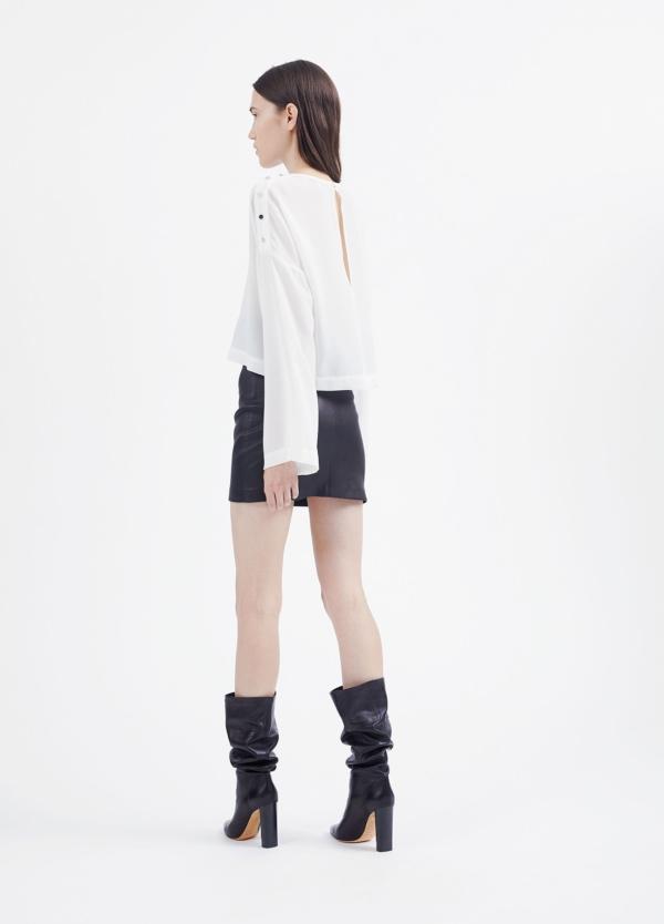 Camiseta woman color blanco con manga acampanada y detalles de botones en hombro. 71% Triacetato 29% Poliéster. - Ítem3