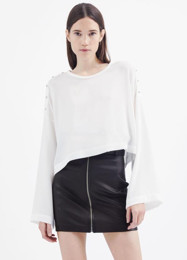 Camiseta woman color blanco con manga acampanada y detalles de botones en hombro. 71% Triacetato 29% Poliéster.