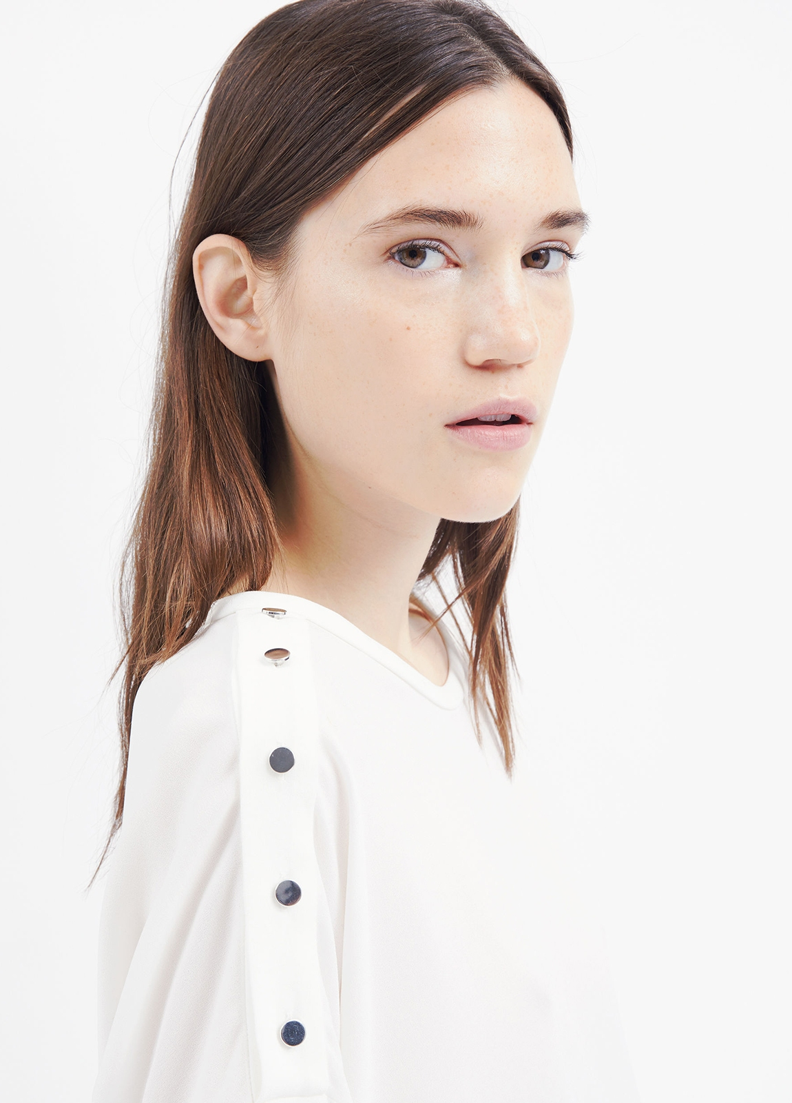 Camiseta woman color blanco con manga acampanada y detalles de botones en hombro. 71% Triacetato 29% Poliéster. - Ítem1