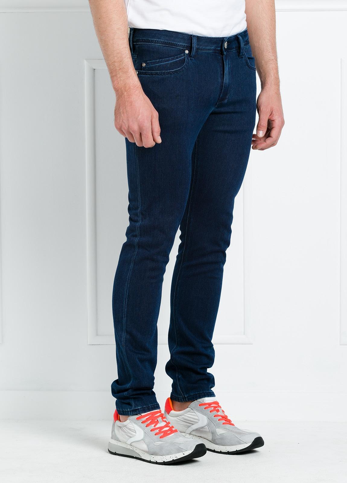 Pantalón sport slim fit modelo RUBENS P015 color azul oscuro. 57% Algodón 40% Poliéster 3% Elastáno. - Ítem3