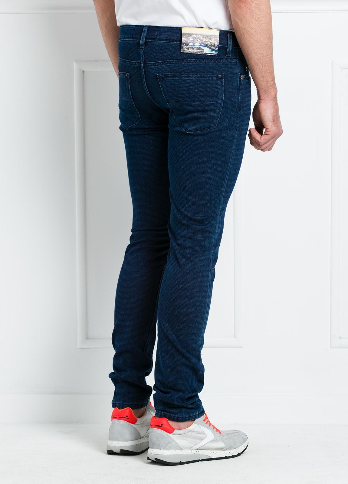 Pantalón sport slim fit modelo RUBENS P015 color azul oscuro. 57% Algodón 40% Poliéster 3% Elastáno. - Ítem1