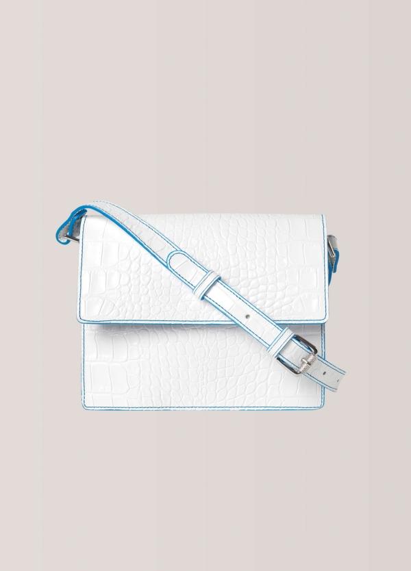 Bolso con solapa delantera, cierre magnético y correa ajustable color blanco. 100% piel texturizada.