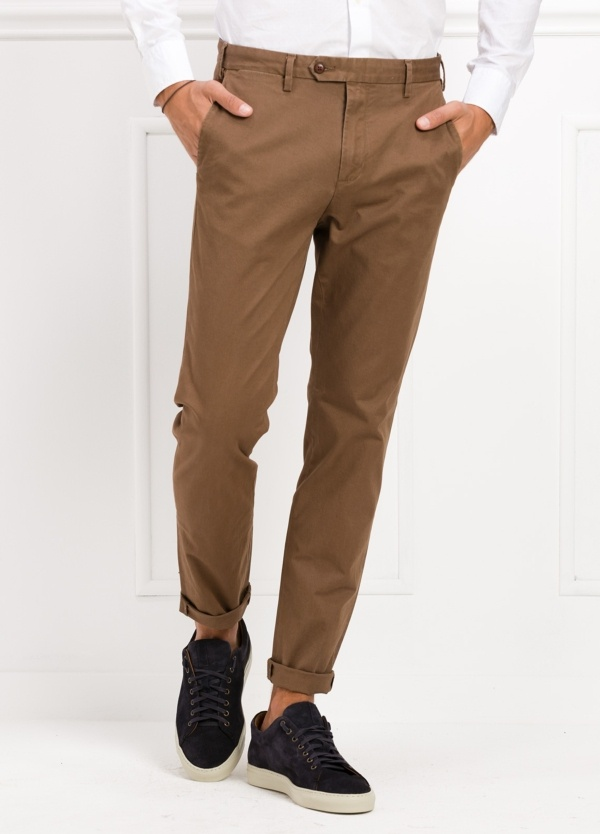 Pantalón chino REGULAR FIT modelo BRIAN color tostado. 97% Algodón, 3% Elastán.