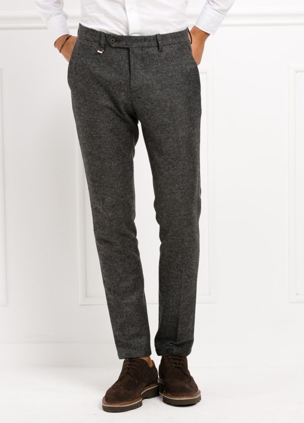 Pantalón modelo slim fit, color gris . 53% Lana 47% Poliester.