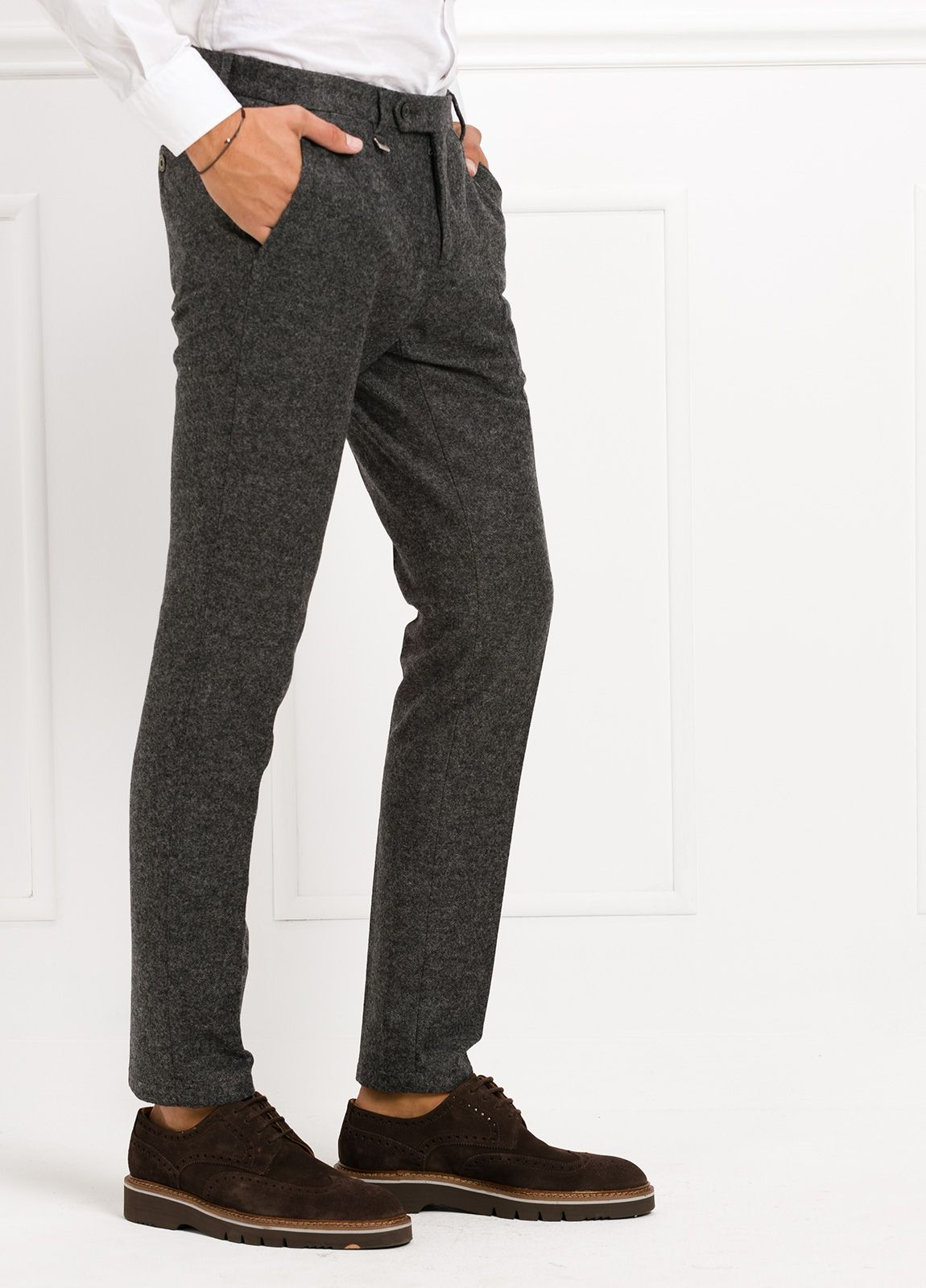 Pantalón modelo slim fit, color gris . 53% Lana 47% Poliester. - Ítem2
