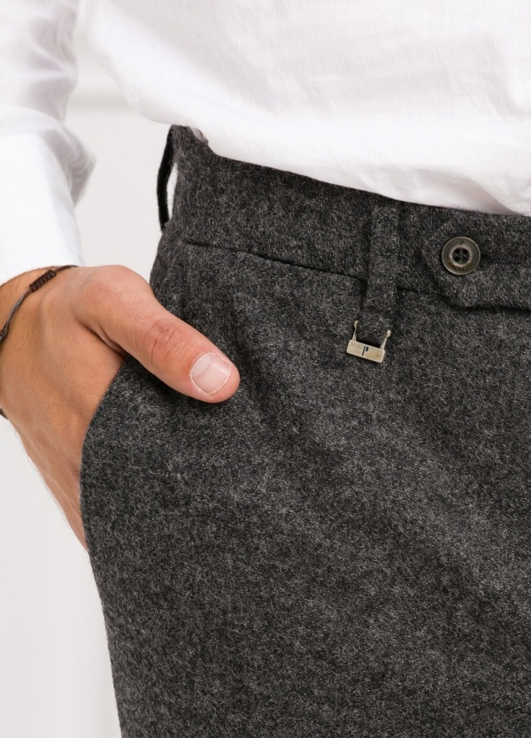 Pantalón modelo slim fit, color gris . 53% Lana 47% Poliester. - Ítem1