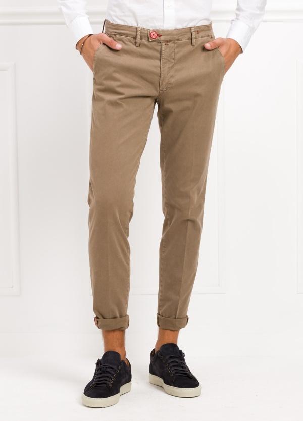 Pantalón chino color tostado. 98% Algodón 2% Ea.