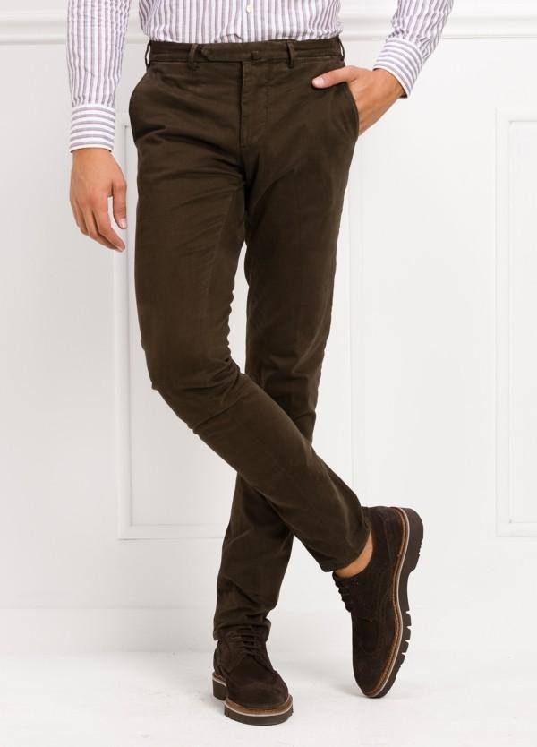 Pantalón sport slim fit color marrón. 98% Algodón 2% Elastano.