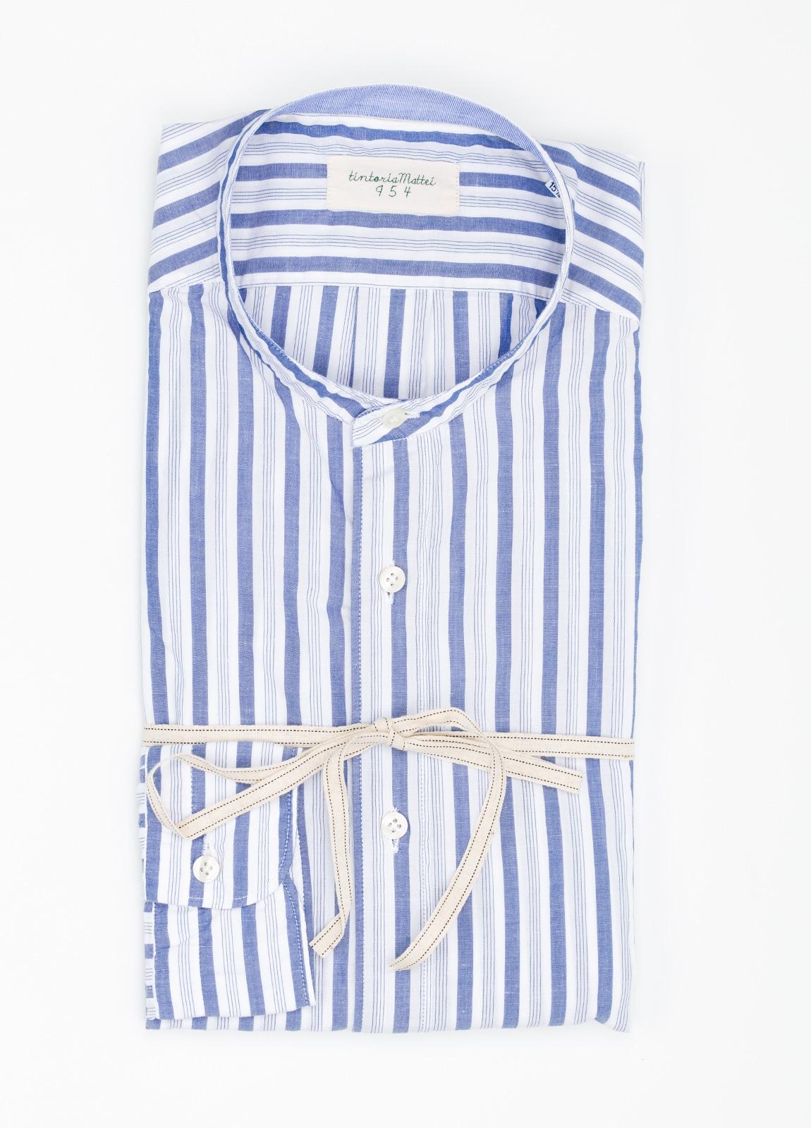 Camisa sport SLIM FIT con cuello mao y estampado de rayas color azul. 100% Algodón.