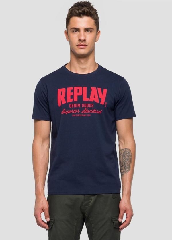 Camiseta manga corta color azul marino con estampado Replay denim. 100% Algodón.