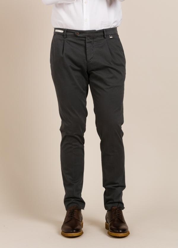 Pantalón Paoloni gris oscuro.