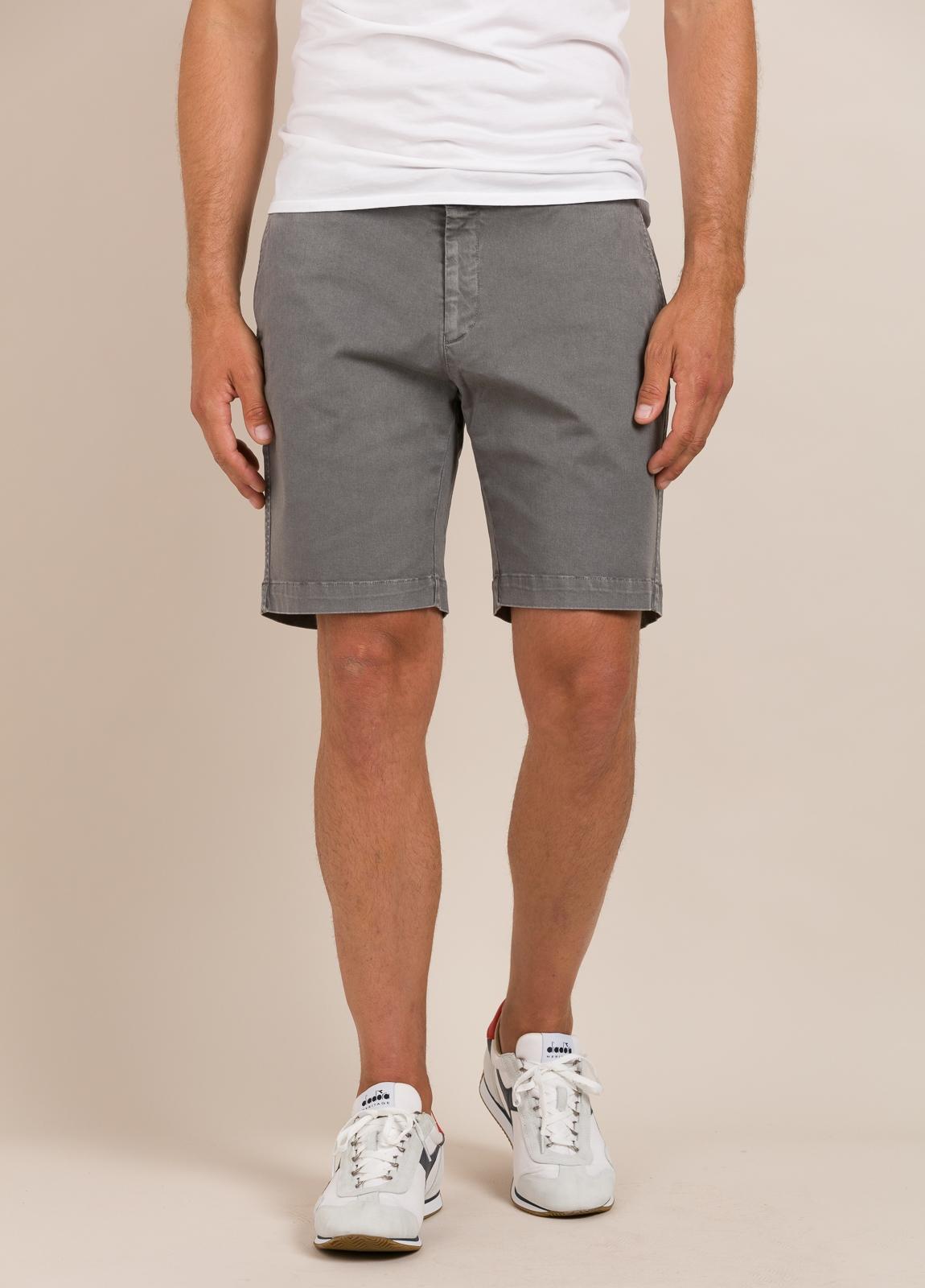Bermuda modelo THOMAS color gris, 100% Algodón.