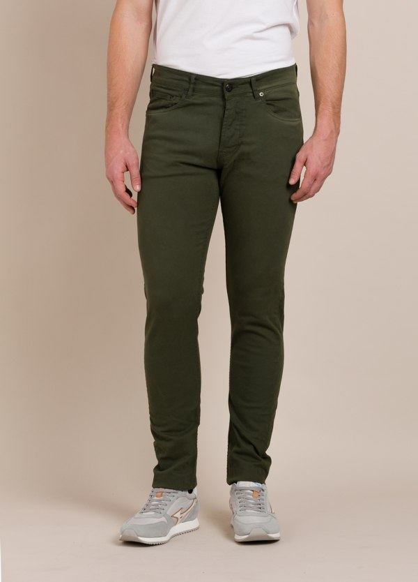 Pantalón THE NIM slim fit kaki.
