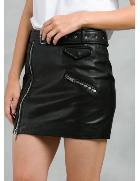 Falda corta de piel con cremalleras y cinturón, color negro.