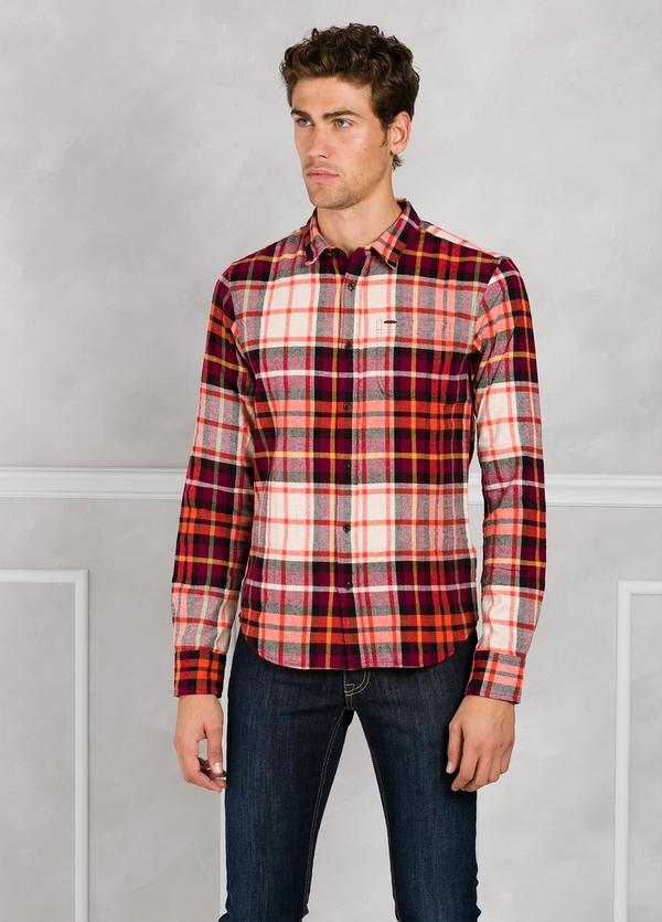 Camisa de franela regular fit con dibujo de cuadros color rojo. 100% Algodón.