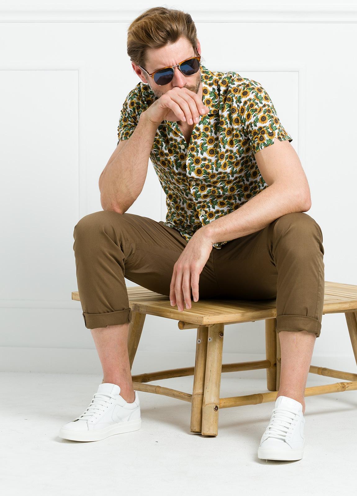 Camisa sport SLIM FIT con estampado floral color amarillo. 100% Algodón.