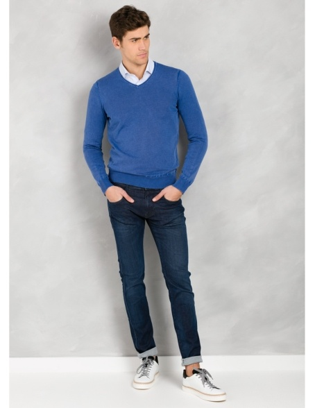 Jersey cuello pico color azulón, 100% Algodón lavado.