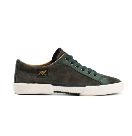 Calzado sport color verde, con forro interior, 100% ante con detalle en piel.