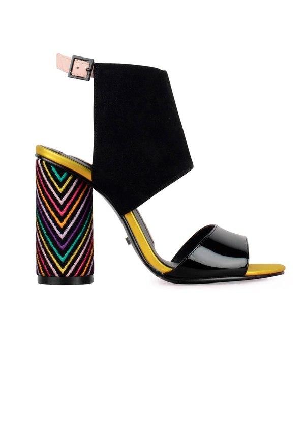 Sandalia semicerrada modelo ROSSANA con tacón alto cilíndrico y pulsera al tobillo color negro, ante y charol.