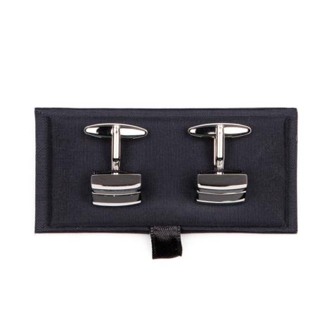 Gemelos metálicos con forma rectangular con inserciones negras.
