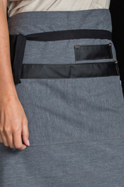 Delantal corto gris bolsillos