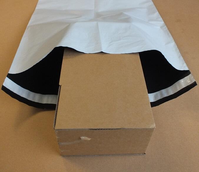 Sobres y bolsas de plástico para envíos de 350 x 450 + 40 mm.
