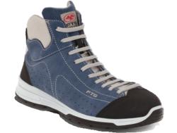 Zapatillas de seguridad deportivas con caña alta. Fabricado con una piel agamuada azul y con punta reforzada. Su interior confeccionado de un tejido transpirable. Dispone de una plantilla interior anti-estática, anti-bacteriana, extraible, lavable.