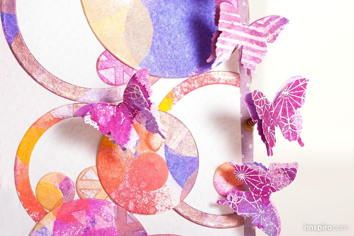 Proyecto de scrap y mixed media con tintas en spray, mariposas y altas dosis de color