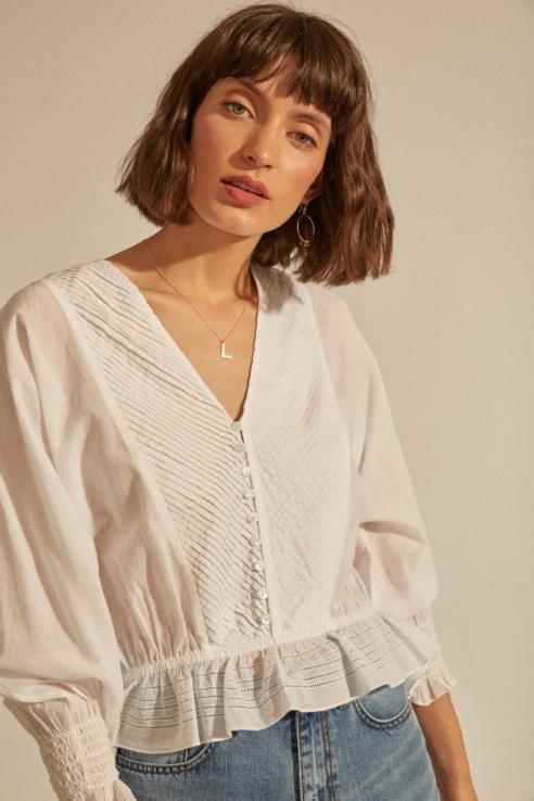 blusa romántica con pliegues