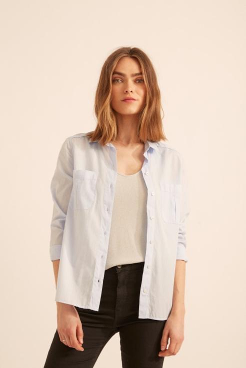 camisa azul con bolsillos