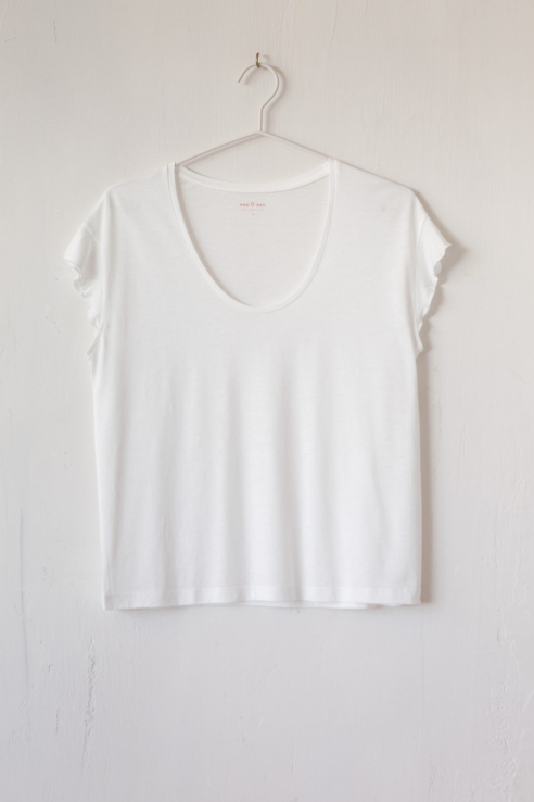 camiseta blanca escote scoop