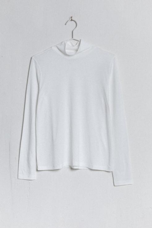 camiseta cuello alto blanco