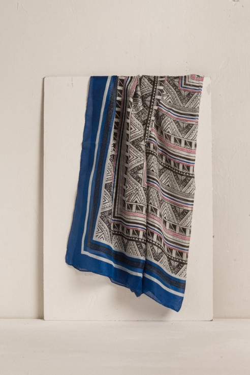 foulard soie bleue à motif géométrique