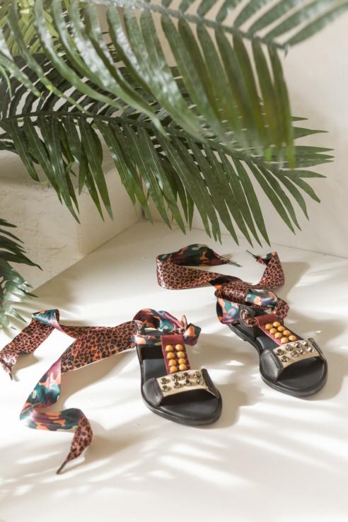 sandalia tiras estampadas
