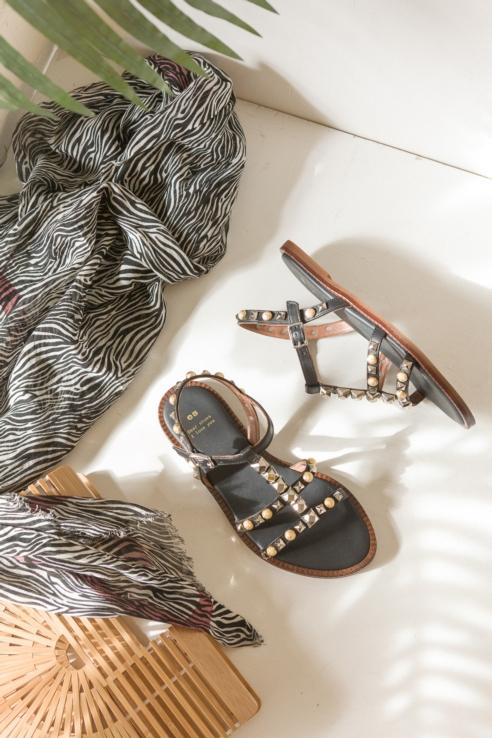sandalia con tachuelas
