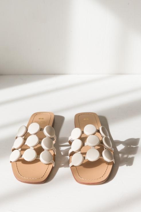 sandalia esferas crema