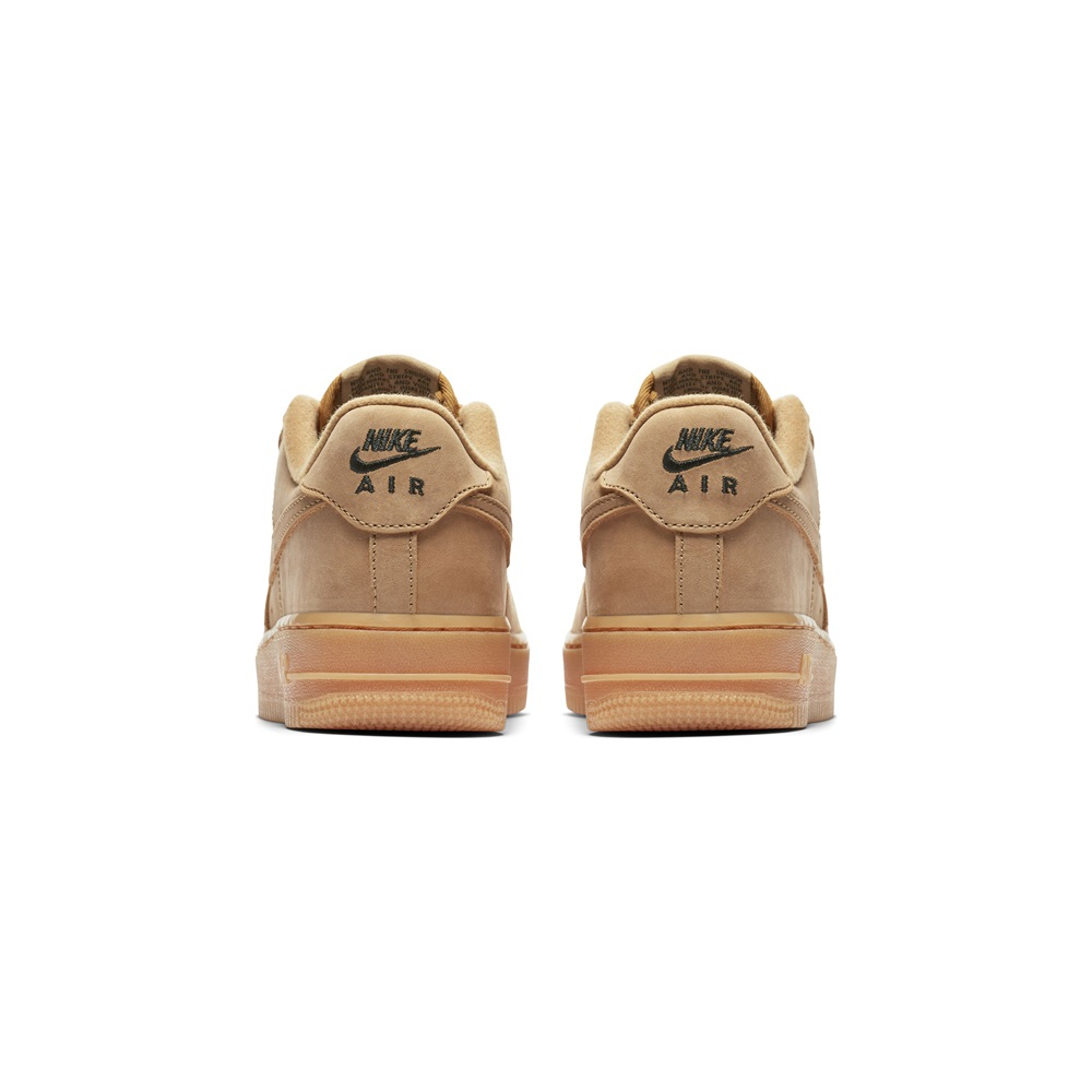 on sale 0dbbe ca0dc ... PRM GS FLAX FLAX OUTDOOR GREEN GUM LI. Zapatillas Nike modelo Air Force  1 Winter Premium (Gs) en color beige para junior