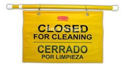 """Cartel de seguridad colgante multilingüe con símbolo de """"Cerrado por limpieza"""""""